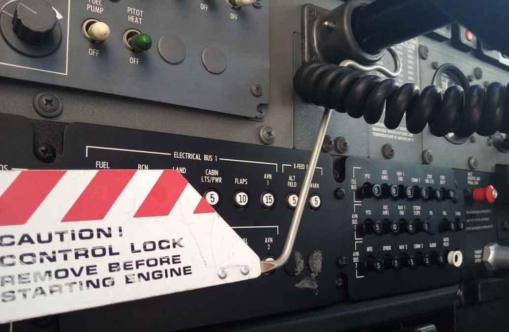 La Importancia de Trabar los Comandos de un Avión en Tierra